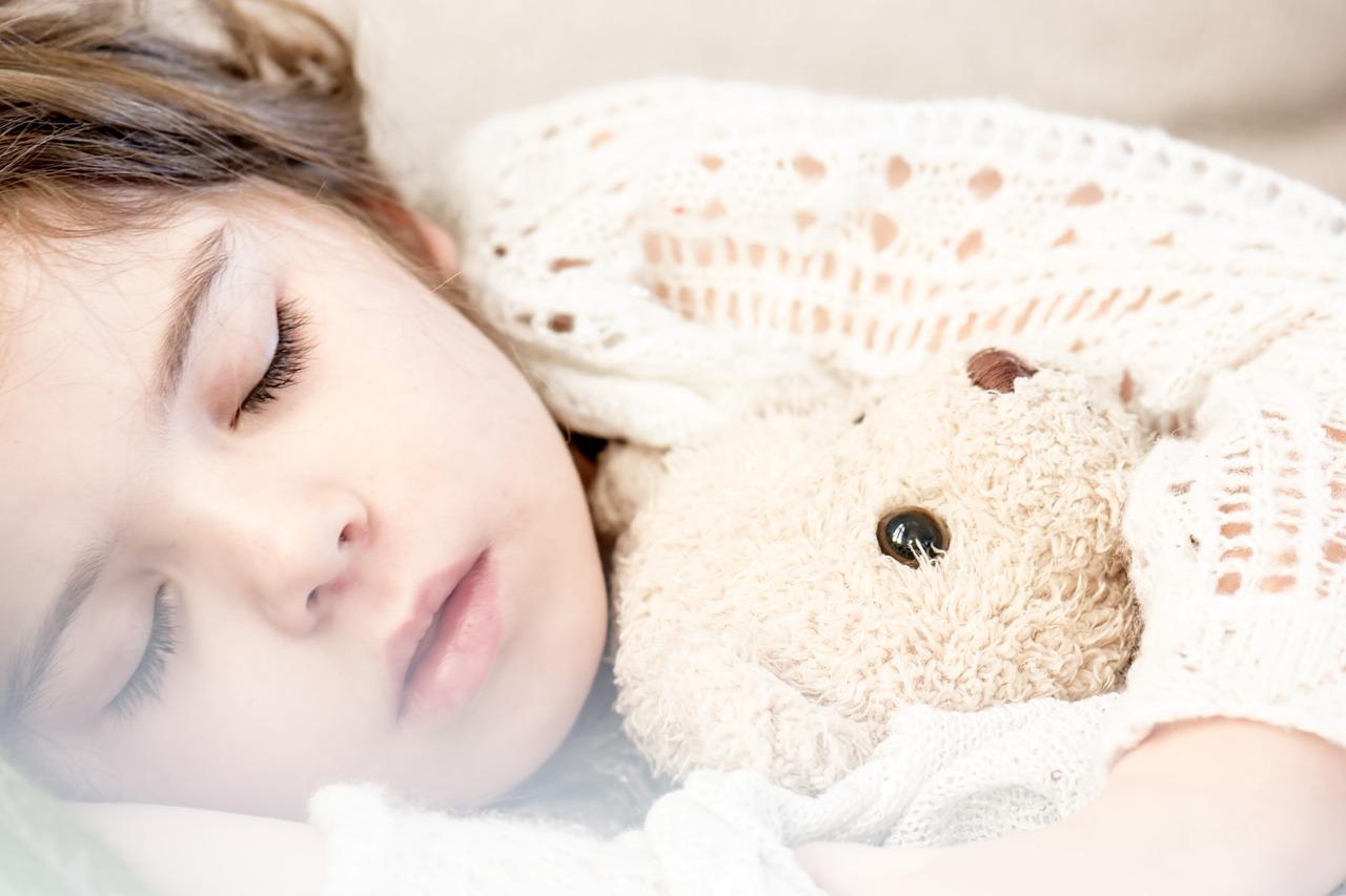 enfant qui dort avec peluche